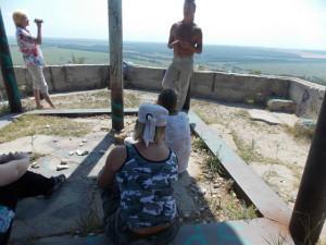 Смотровая площадка на Г. Светёлка. Володя объясняет как кидать камешки.